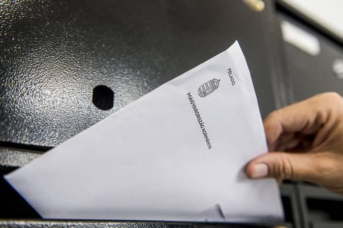 Kecskemét, 2020. június 15. Kézbesítõ nemzeti konzultációs kérdõívet tartalmazó levelet dob postaládába egy kecskeméti társasházban 2020. június 15-én. Ezen a napon Kecskeméten megkezdõdött a nemzeti konzultációs kérdõívek kézbesítése, amely várhatóan egy hónapig tart. A posták a mintegy 7,8 millió küldeményt ütemezetten kapják meg. MTI/Ujvári Sándor