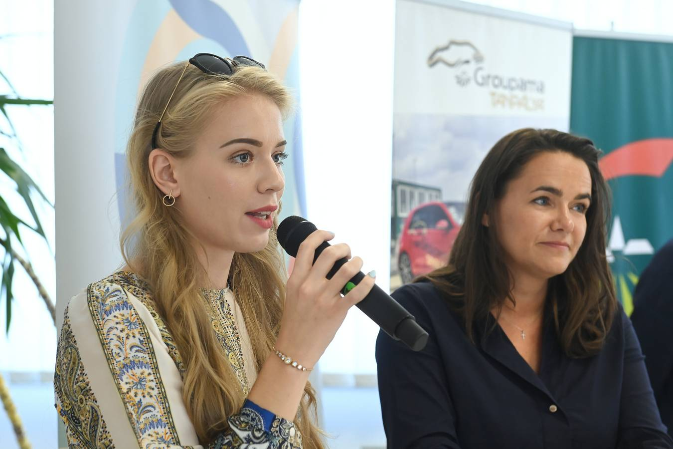 Mogyoród, 2020. július 21. Novák Katalin, az Emberi Erõforrások Minisztériumának család- és ifjúságügyért felelõs államtitkára (j) és Rácz Zsófia fiatalokért felelõs helyettes államtitkár a mogyoródi Groupama tanpályánál tartott sajtótájékoztatón 2020. július 21-én. Július 1-je óta a húsz év alatti fiatalok ingyenes KRESZ-vizsga lehetõségét kiterjesztették a cseden, gyeden és gyesen lévõkre. A Groupama Biztosító ehhez kapcsolódóan felajánlotta, hogy a húsz év alattiak és a kisgyermekesek ingyenes vezetéstechnikai tréningen vehetnek részt. MTI/Koszticsák Szilárd