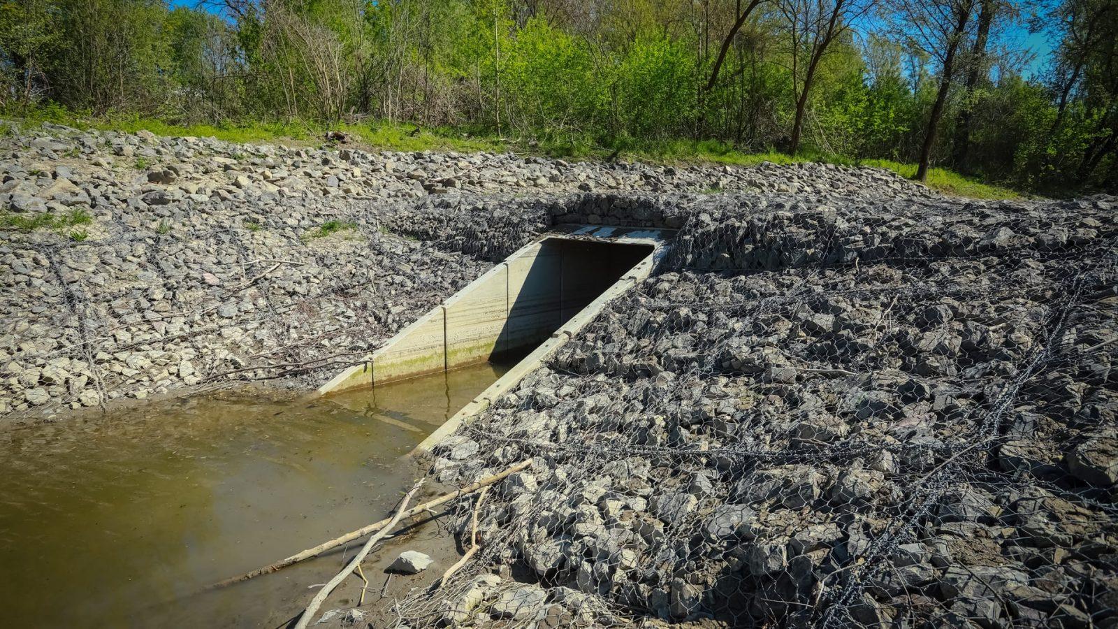 Ilyen építményekkel tudják szabályozni a szakemberek a mellékág vízpótlását